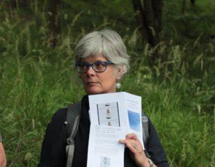 Barbara Lounder, Performatywny spacer: Bycie w oddychalnym: wędrówka z adnotacją, Konteksty 2017, Sokołowsko, fot. Polak/Grzegorski