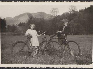 Krzysztof Kieślowski z siostrą Ewą na rowerze w Sokołowsku w 1952 roku.