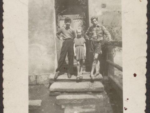 Krzysztof Kieślowski wieku ok. 10 lat (po prawej), okres nauki w szkole podstawowej w Sokołowsku.
