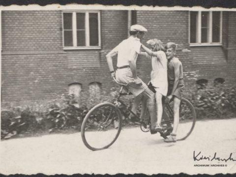 Popisy rowerowe z ojcem Romanem Kieślowskim i siostrą Ewą w Sokołowsku, 1952
