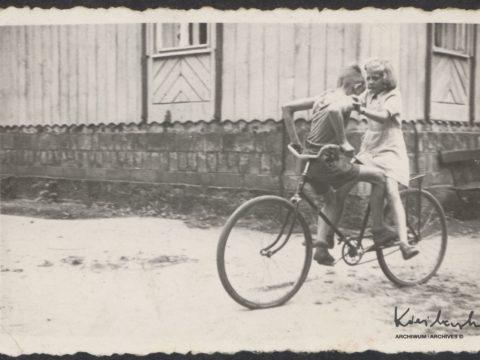Popisy rowerowe z siostrą Ewą w Sokołowsku w 1952.